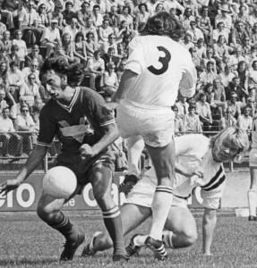 FC Dordrecht-speler Dick Dubbeld (links) in duel met zijn tegenstander van FC Den Bosch. De tekst Frisol is afgeplakt, de 'V' van het logo is wel duidelijk zichtbaar. Foto: Persoonlijk archief Dick Dubbeld