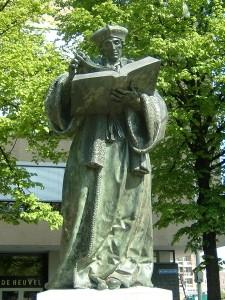 Beeld van Erasmus in Rotterdam.