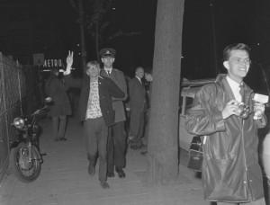 Gearresteerd provo naar een 'Happening' (provo-bijeenkomst). Foto: Jan Voets, Anefo. Nationaal Archief