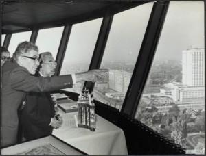 De Japanse keizer Hirohito in de Euromast met burgemeester Thomassen van Rotterdam. Foto: Nationaal Archief