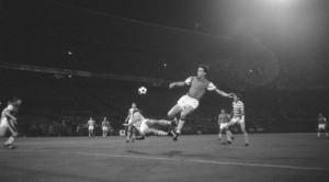 Ove Kindvall (Feyenoord) haalt uit tegen UT Arad, maar mist. Het blijft 1-1. Foto: Eric Koch, Nationaal Archief