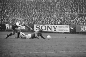 Piet Romeijn in a duel with Ajax Piet Keizer. Foto: Eric Koch (Anefo). Nationaal Archief