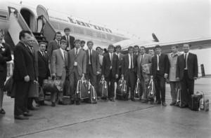 De spelers van UT Arad (Roemenië) komen aan op vliegveld Zestienhoven. Foto: Eric Koch, Nationaal Archief