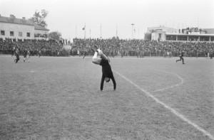 Doelman Gornea van UT Arad (Roemenië) is zo blij na de uitschakeling van Feyenoord dat hij een handstand doet op het veld. Foto: Nationaal Archief