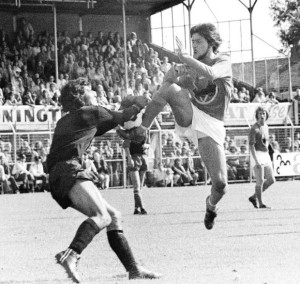Een speler van FC Volendam in actie in het seizoen 1972-1973. The logo with the cutter and the 'V' letter are clearly visible. Foto: Archief FC Volendam