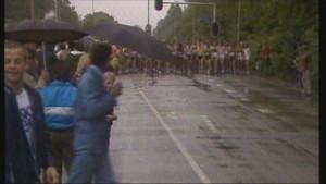 De Start van de Marathon van Rotterdam (1981) in de stromende regen. Beeld: TV Rijnmond